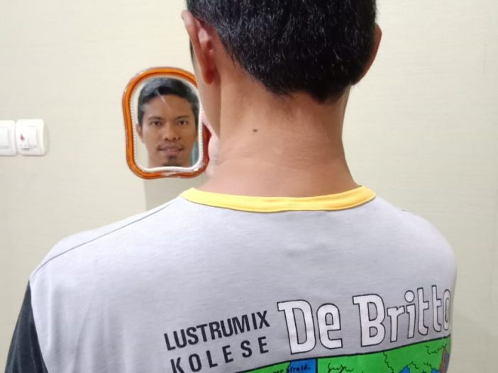 Heribertus bersama cermin yang kami beli pagi itu di Gelael