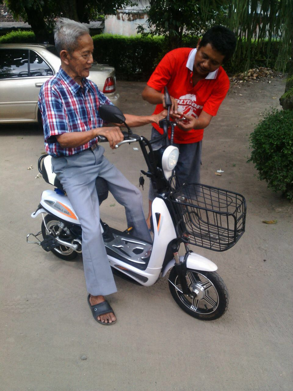 Pak Harjo dan sepeda listriknya