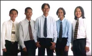Inilah kami berlima. Iwan, Riza, Aku, Wicak dan Valens (ki-ka). Foto ini diambil sekitar tiga hari setelah pembukaan pertama kantor, 7 Februari 2000 silam