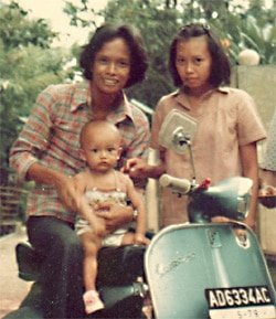 Donny Verdian dipangku Papa didampingi Mama. Entah aku tak tahu ketika itu berapa usiaku...