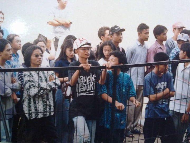 Pesta Pelajar Hai 1996, aku yang mengenakan helm bersama Nonot (kiri) dan Epic (kanan)... Credit photo: Heribertus
